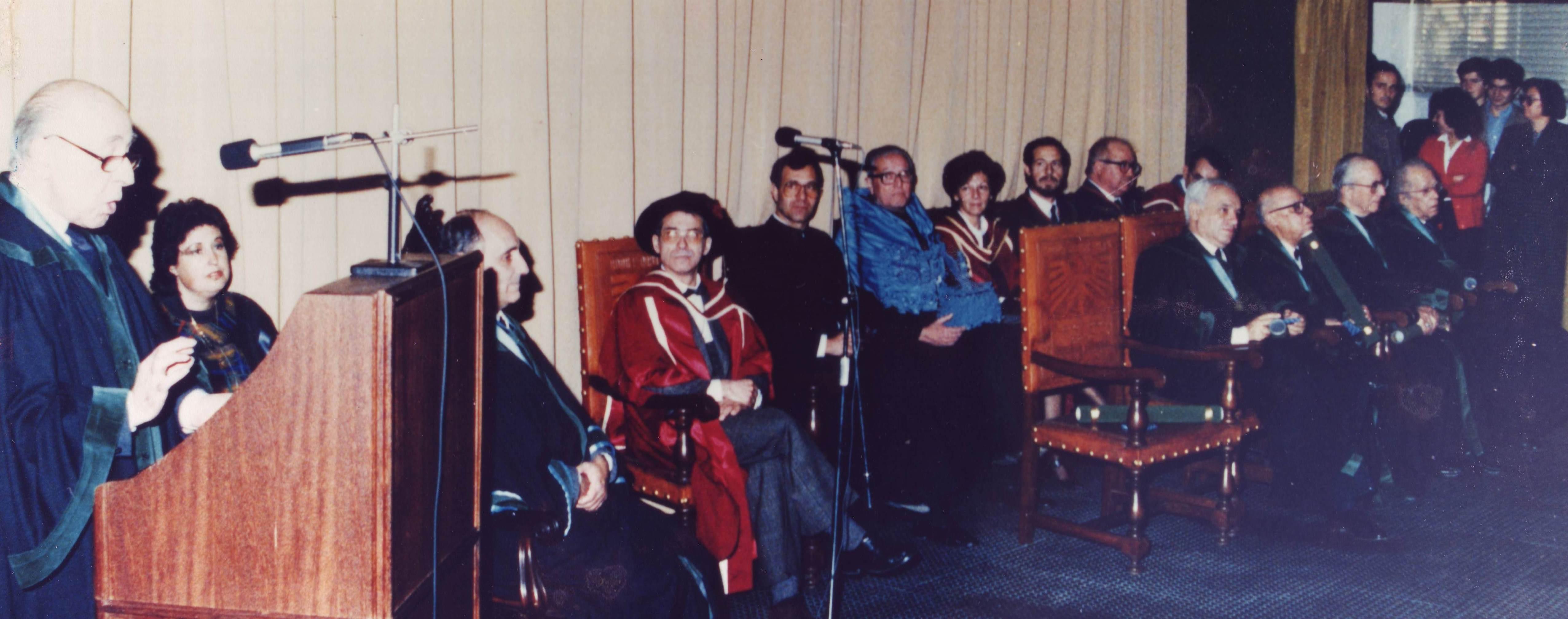 Sessão dos Doutoramentos Honoris Causa do Professor Manuel Rodrigues Lapa (a discursar) e dos Professores Veiga Simão, Ferrer Correia, Corine de Andrade e Lopes Graça (na primeira fila, da esquerda para a direita) - Dezembro de 1988