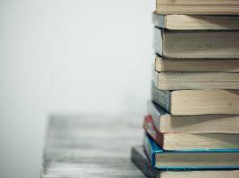 Pillha de livros.