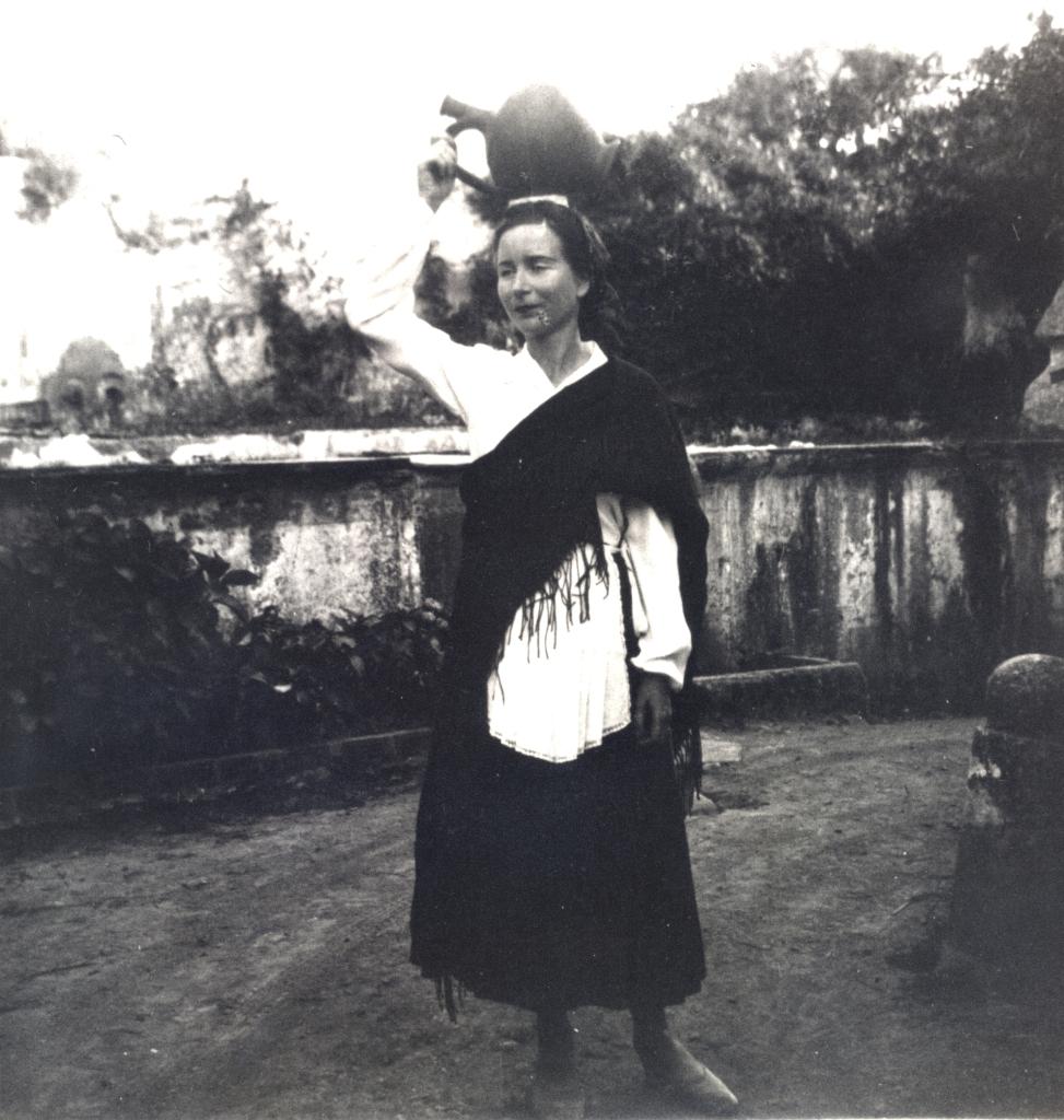 Fig. 12 - Hélène de Beauvoir, trajada de camponesa, Leiria, 1942.